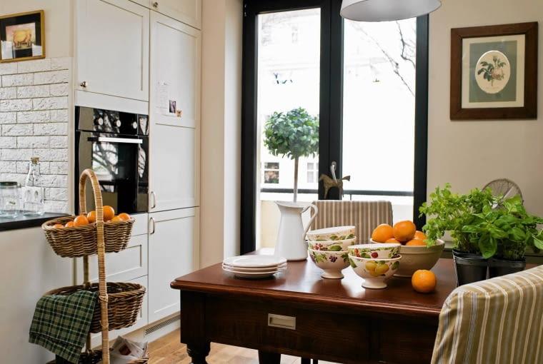 Białe meble kuchenne i bezowe ściany