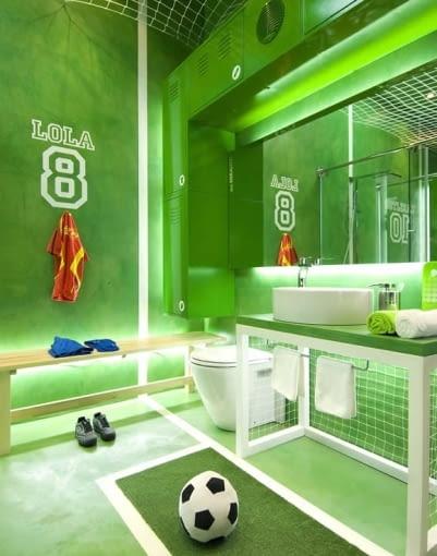 łazienka dla fana piłki nożnej, oryginalna łazienka, łazienka piłkarzy, zielone płytki, jak urządzić łazienkę