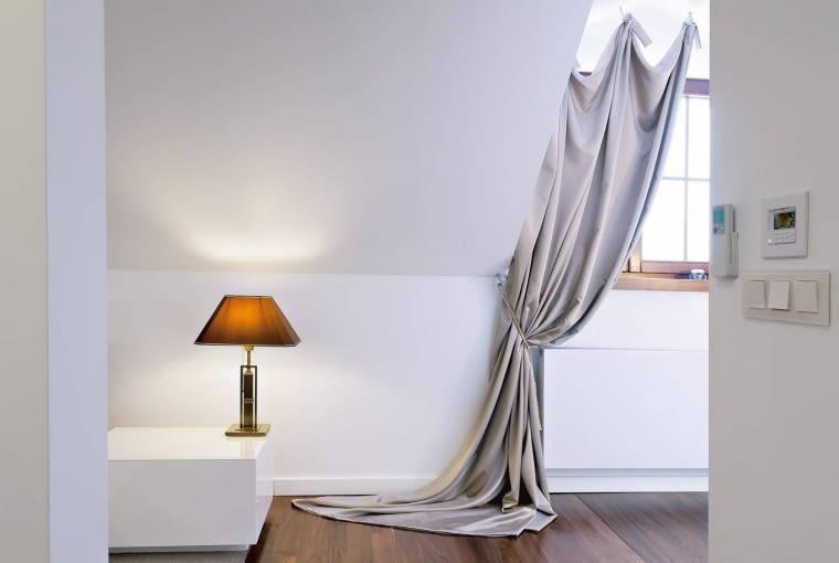 Wymyśle upięcia zasłon nie cieszą się ostatnio popularnością. Warto je wprowadzić jedynie w bardzo prosto urządzonych wnętrzach, jak i przy nietypowych oknach. Zasłona jednak powinna być gładka.