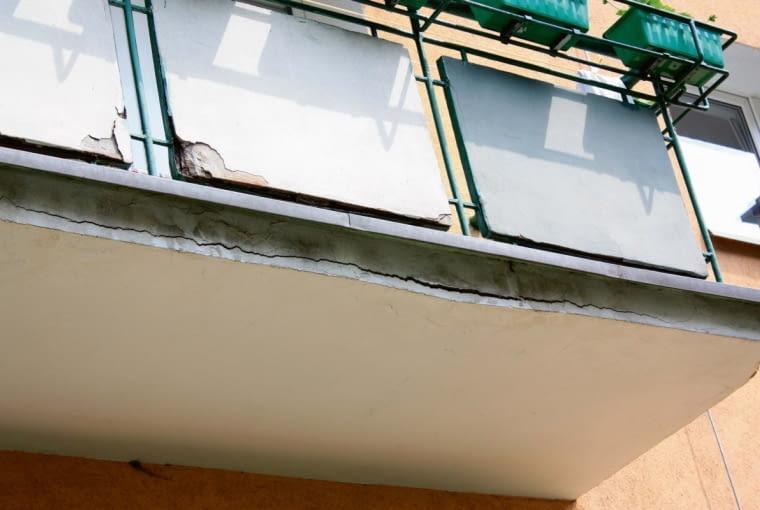 Woda wnikająca w konstrukcję balkonu prowadzi do korozji betonu oraz niszczy zbrojenie płyty nośnej balkonu