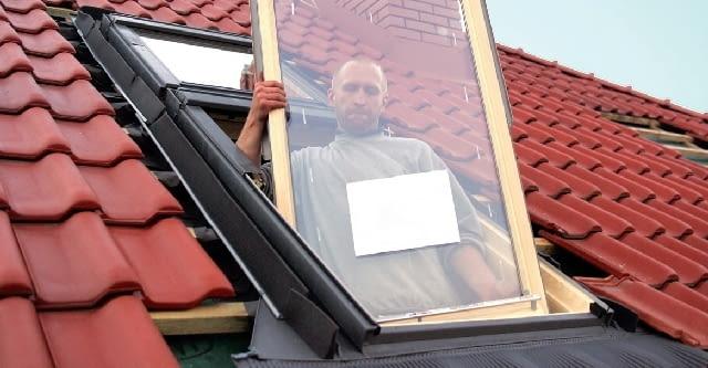 Krok 6. Na koniec w ościeżnicy ponownie mocuje się skrzydło okienne; trzeba jeszcze uzupełnić odpowiednio przyciętymi elementami pokrycie dachowe. Powinny być one odsunięte od okna połaciowego o 3-6 cm.