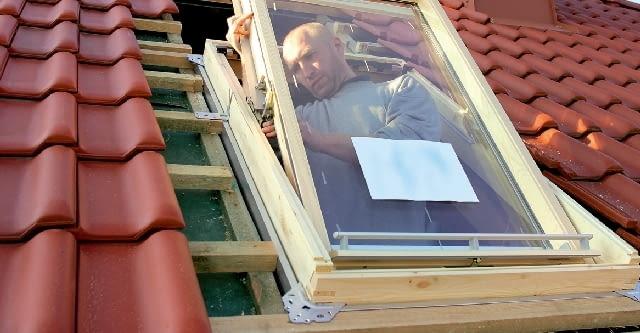 Krok 2. W ościeżnicy montuje się skrzydło i w odpowiedni sposób reguluje szczeliny pionowe i poziome pomiędzy nim a ościeżnicą. Dobre przyleganie uszczelek pomiędzy skrzydłem a ościeżnicą zapewnia szczelność okna.