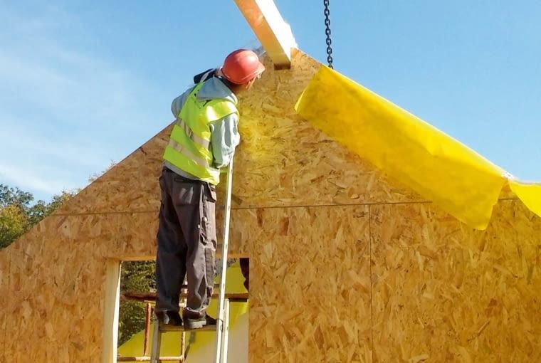 Masywna kalenica wykonana jest z drewna klejonego. Musi zostać stabilnie oparta na ścianach szczytowych. To do niej zakotwiono wszystkie panele układane na połaci dachowej