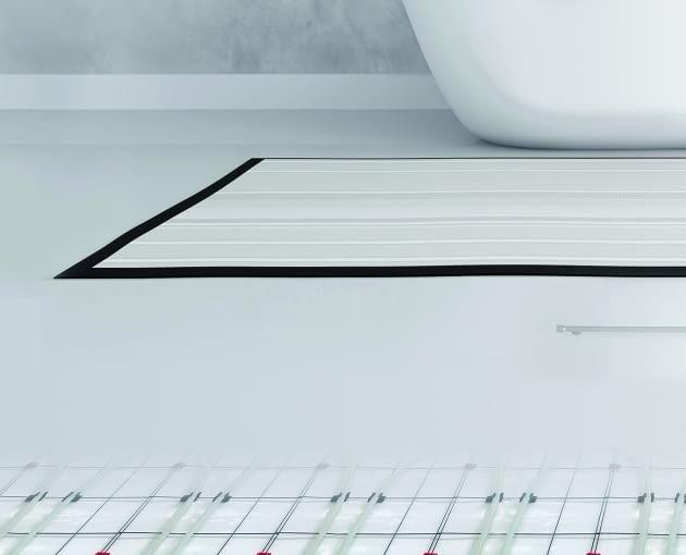 Zastosowanie wodnego ogrzewania podłogowego zapewnia komfort i nie przeszkadza w aranżacji wnętrza