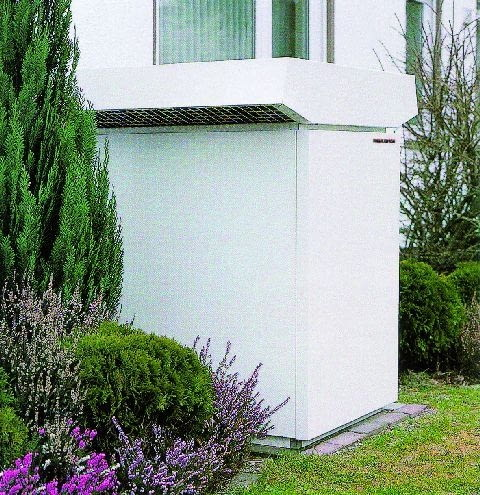Pompę ciepła typu powietrze-woda ustawia się często w ogrodzie - jej dolnym źródłem jest powietrze zewnętrzne