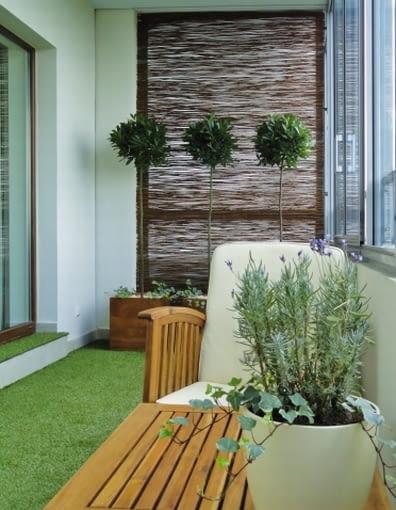 Balkon z zieloną trawą. Aranżacje balkonów