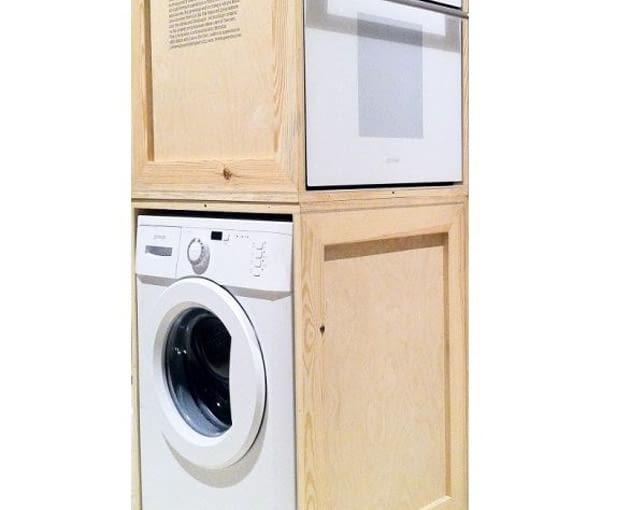 Zdjęcie pochodzące z archiwum klienta jednego z producentów sprzętu AGD. Firma dostarczyła swoje urządzenia zapakowane w drewniane skrzynie. Klient zauroczony ich naturalną urodą oczyścił drewno i ustawił piekarnik na pralce, całość komponując w narożnym module zabudowy szafek kuchennych.