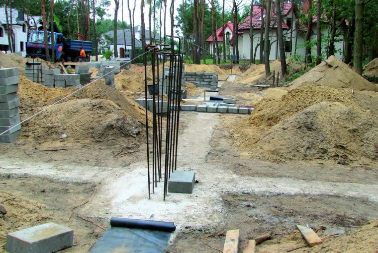 Startery pod słupy żelbetowe połączone ze zbrojeniem ław fundamentowych