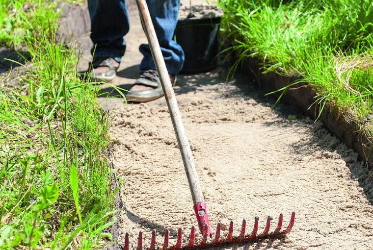 Usuwamy ziemię (na gł. ok. 40 cm), wyrównujemy dno wykopu i wypełniamy warstwą (o gr. ok. 20 cm) drenażu ze żwiru lub pospółki. Ubijamy.
