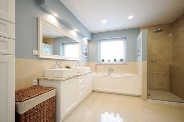 Dużym wyzwaniem dla projektantki było nadanie wnętrzom spójności, gdyż część pomieszczeń była już wyremontowana, jak np. łazienka. Wspólnym mianownikiem stały się białe meble i kolor niebieski.