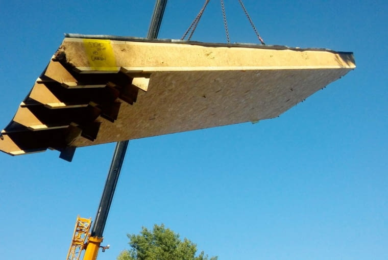 Panele dachowe mają podobną budowę, jak kasety stropowe. Po zewnętrznej stronie połaci ułożona jest membrana