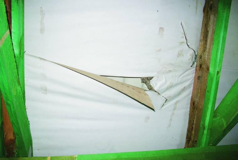 Sprawdzenie, czy membrana dachowa jest szczelna, leży w interesie dekarzy, którzy udzielają rękojmi na wykonane roboty; porwana folia musi być skutecznie naprawiona