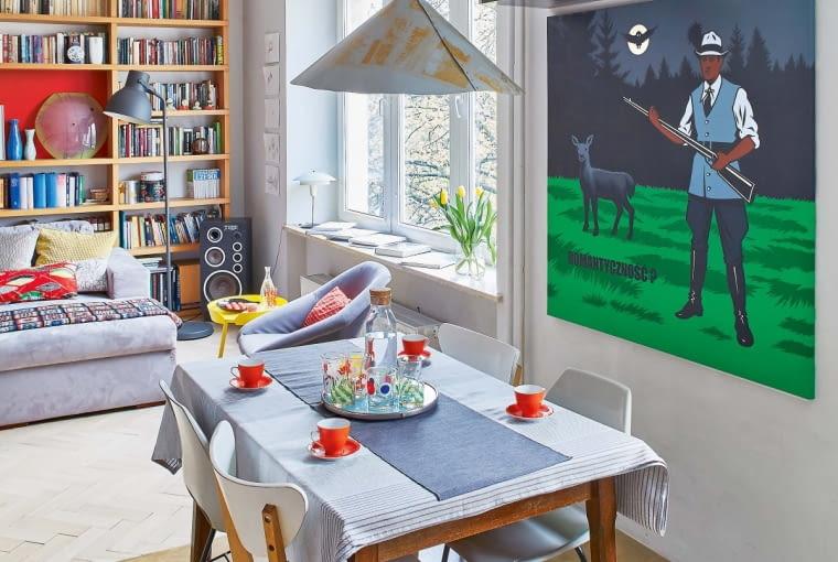 W tym mieszkaniu sztuka i wzornictwo stanowią naturalny element codziennego życia. Zastawa vintage przeplata się z przedmiotami z IKEA. Na ścianie obraz 'Autoportret romantyczny' autorstwa Tomasza Kozaka - malarza, pisarza, autora animacji.