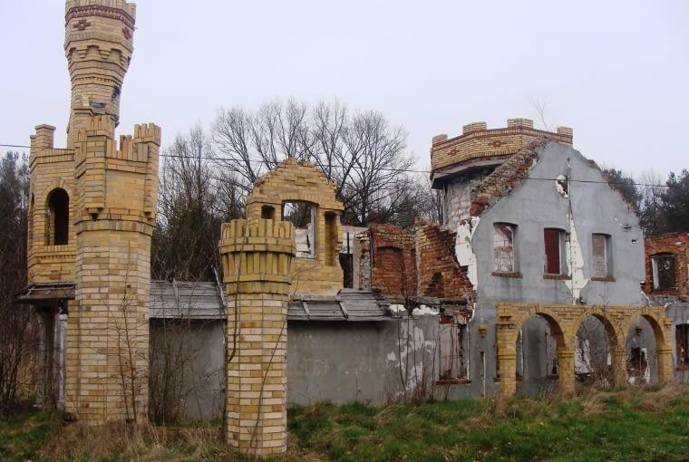 """O ile pojęcie """"trwałej ruiny"""" funkcjonuje w architekturze, to """"trwała ruina połączona z trwałą (prze)budową"""" to stosunkowo nowa tendencja... woj. lubuskie"""