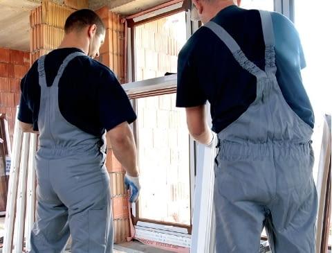 Krok 1. Przed wstawieniem ościeżnicy okna koniecznie trzeba zdemontować skrzydła - zakłada się je ponownie przed aplikacją pianki poliuretanowej.
