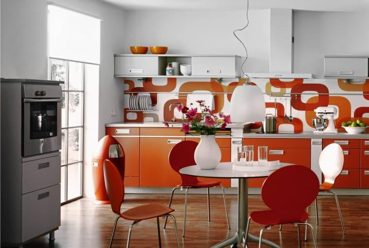 KRZESŁA O OPŁYWOWEJ FORMIE (Mrówki projektu Arne Jacobsena), futurystyczny wzór tapety nad kuchennym blatem, zabawny kosz na śmieci w kształcie rakiety. W takiej kuchni dobrze by się czuła rodzina Jetsonów (bohaterowie amerykańskiej kreskówki żyjący w odległej przyszłości).