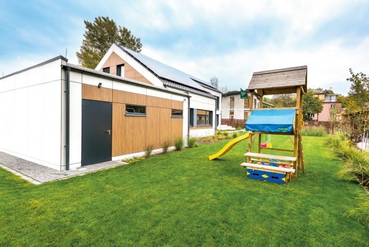 Garaż, stanowiący oddzielny element całego gospodarstwa i funkcjonujący niezależnie od części mieszkalnej, wyposażono w wygodne gospodarcze wyjście
