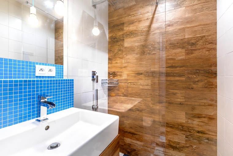 Prysznic został wyłożony płytkami imitującymi drewno. Wprowadzają one przytulną atmosferę.