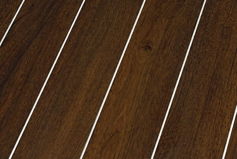 Silver Line Wood Canyon Andiroba/Falquon Klasa ścieralności: AC4; klasa użyteczności: 32 wymiary: 1376 x 113 mm, grubość 10 mm struktura powierzchni: wysoki połysk zamontowane fabrycznie listwy aluminiowe montaż na click. Cena: 137 zł/m2, www.falquon.pl