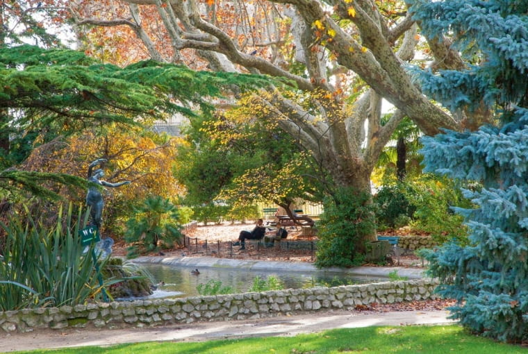 Wcentralnej części parku połyskuje oczko wodne zfontanną irzeźbą dłuta Felixa Charpentiera, przedstawiającą Venus zjaskółkami.