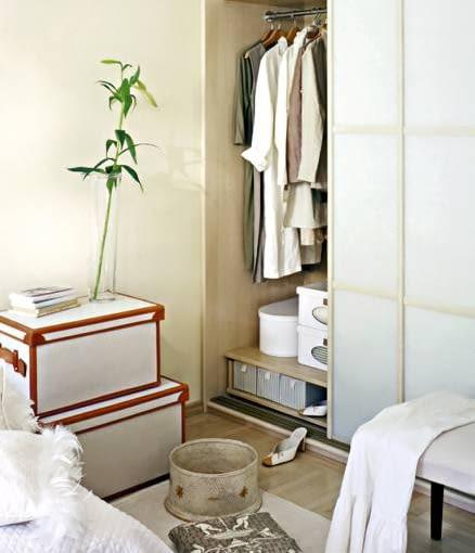 Gdy w domu jest mało miejsca, nie warto ulegać pokusie posiadania garderoby. Szafa sprawdzi się lepiej!