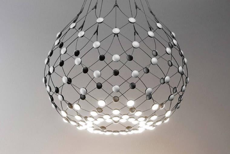 Lampa Mesh powstała we włoskim studiu Luceplan będącym częścią Philips Lighting. Autorem projektu lampy, której oryginalny jest nie tylko kształt, ale i sposób świecenia (zapalać można np. tylko świecące punkty na obrzeżach) jest argentyński projektant Gomez Paz.