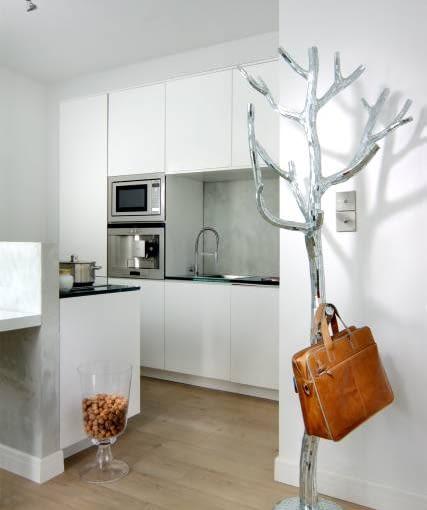 Murek oraz ścianę nad zlewem pokrywa tynk strukturalny imitujący beton. Zabezpieczono go lakierem i gdzieniegdzie ozdobiono mieniącymi się plamkami srebrnej farby.