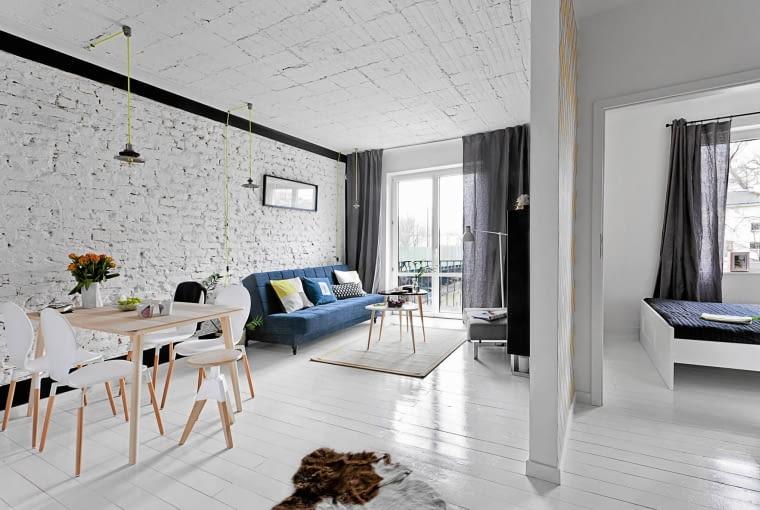 PODŁOGA w stylu skandynawskim - zniszczone stare linoleum zastąpiły dębowe deski pomalowane białą farbą Betolux, odporną na ścieranie. Do wzornictwa z Północy nawiązują proste krzesła (sklep Le Pukka) i stół (IKEA).