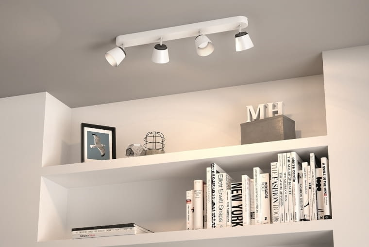 Lampy sufitowe pozwalają równomiernie oświetlić pomieszczenie. Do tego światło padające z góry jest odbierane jako bardziej naturalne niż światło boczne.