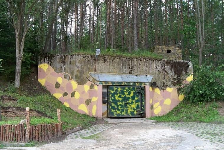 Podborsko, wejście do silosu atomowego
