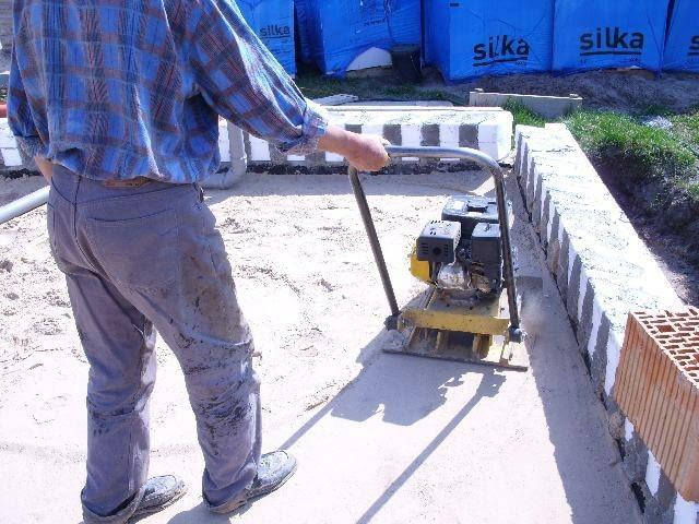 Podsypka z piasku lub żwiru musi być zagęszczona. Najlepiej mechanicznie