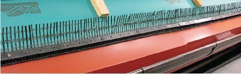 Krok 2. Następnie do deski okapowej mocuje się kolejno: haki rynnowe (rynajzy), rynny i właściwie ukształtowany pas nadrynnowy. Potem na ten pas wykłada się membranę dachową. Utworzoną przez ruszt z łat i kontrłat szczelinę wentylacyjną zabezpiecza się grzebieniem okapowym.