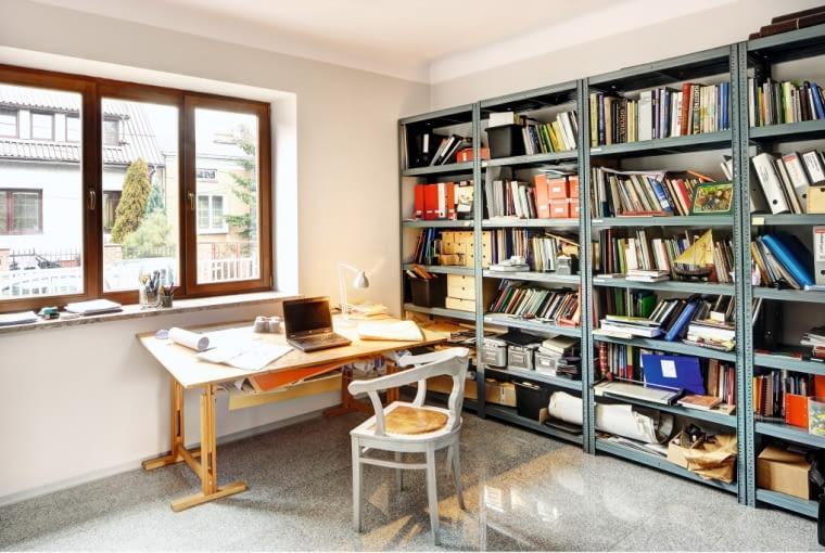 Fragment pracowni pana domu. W pomieszczeniach parteru zaprojektowano podłogi z wytrzymałego i łatwego w utrzymaniu granitu
