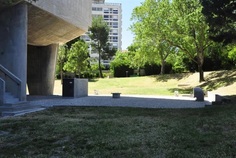 Jednostka Marsylska, proj. le Corbusier - południowa strona parku. Podziemia budynku skrywają kotłownię