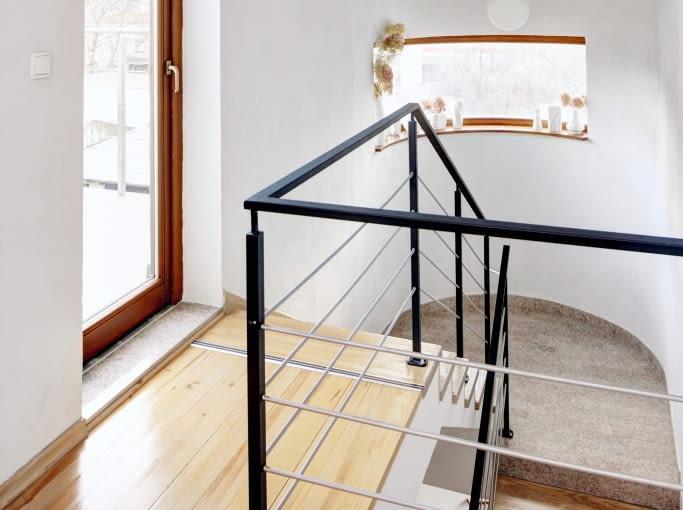 Wchodząc po schodach na ostatnią kondygnację, trafia się na wyjście na taras, który jest dodatkową atrakcją domu.