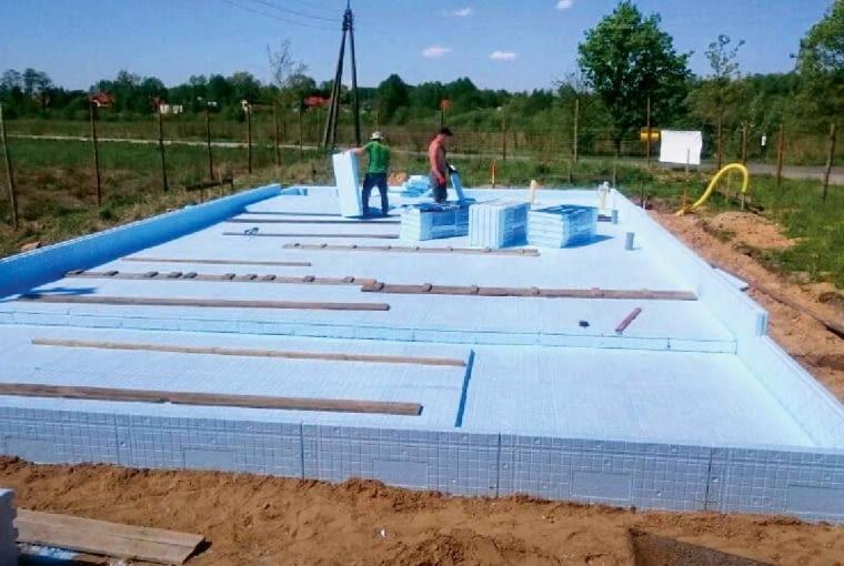 Dzięki izolacji cieplnej ułożonej wokół konstrukcji ze zbrojonego betonu, płyta fundamentowa nie ma mostków termicznych i dobrze akumuluje ciepło