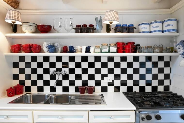 aranżacja kuchni, meble kuchenne, półki kuchenne