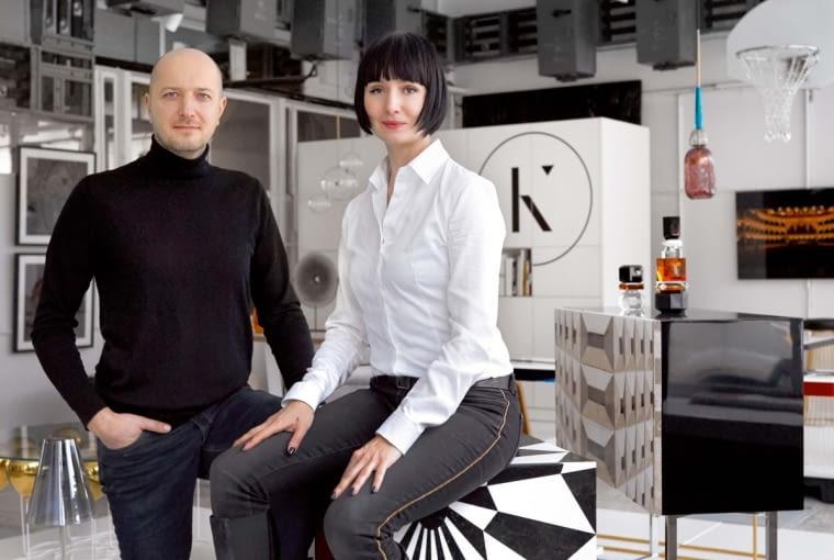 Założyciele galerii Aleksandra Pogassi-Kudlicka i Boris Kudlicka. Stolik kostka (w roli taboretu) to Tectonic Silence Cube z kolekcji Moonlight - drewniany sześcian pokryty marmurową geometryczną intarsją (Rue Monsieur Paris).
