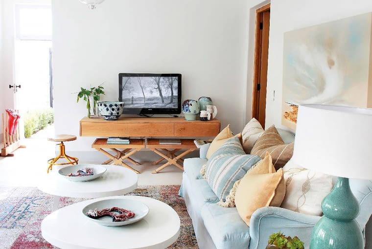 W WERSJI MINI. Dekatyzowany dywan to jedyny 'wiekowy' element tego wnętrza. Tyle wystarczyło, by dodać wystrojowi wdzięku.