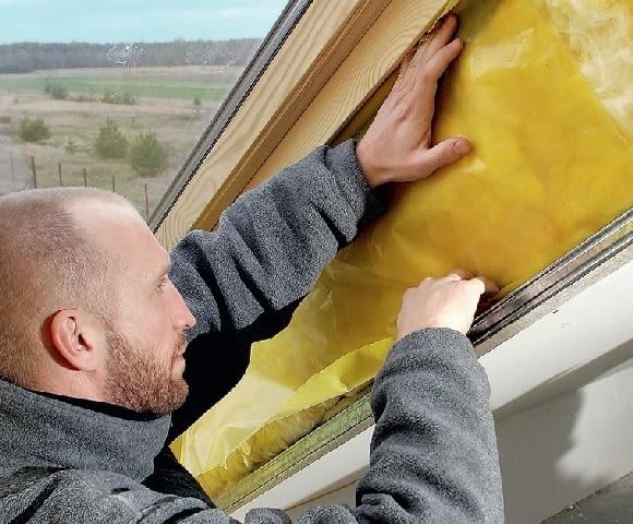 Krok 10. Izolację cieplną zabezpiecza się szczelnie folią paroizolacyjną. Ochroni ona wełnę przed zawilgoceniem parą wodną z wnętrza domu.