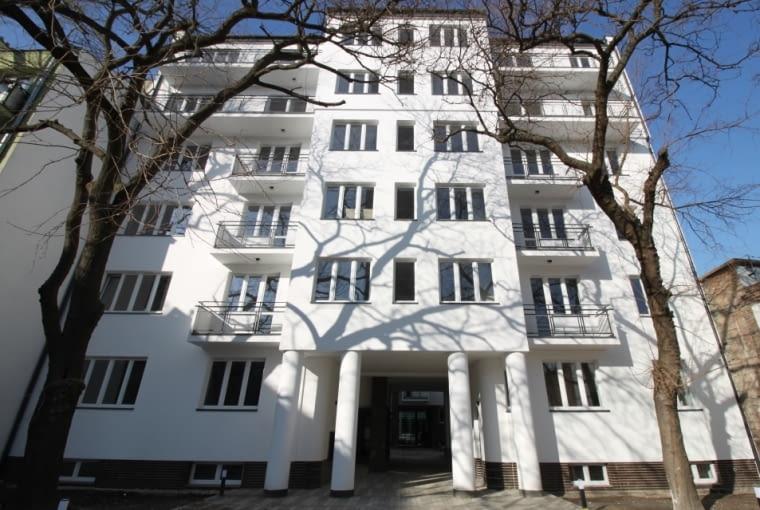 Odnowiona fasada warszawskiej kamienicy znajdującej się przy ulicy Ogrodowej 65.