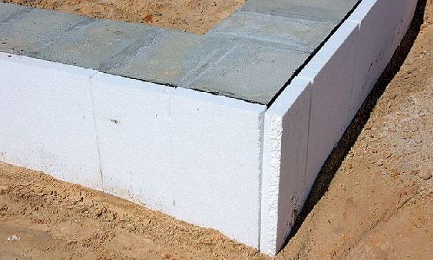 Ściany fundamentowe ociepla się od zewnątrz, a na nich układa poziomą izolację przeciwwilgociową