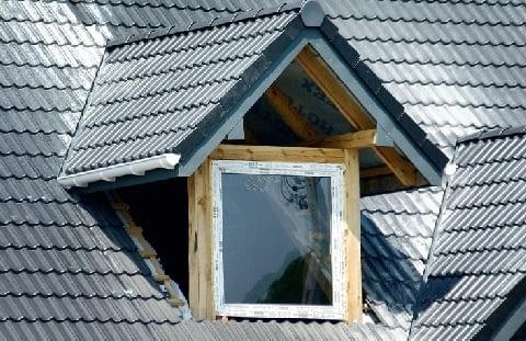 Lukarna o konstrukcji drewnianej - po ułożeniu pokrycia i wstawieniu okna