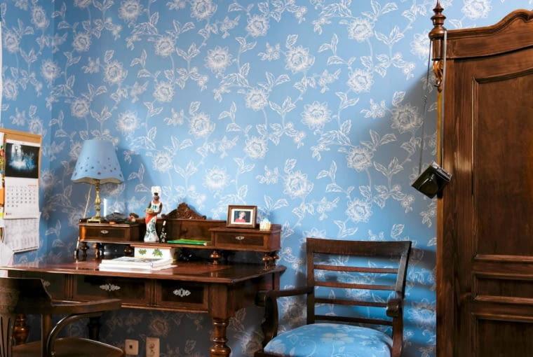 METAMORFOZA SYPIALNI. Krzesło zyskało nowe obicie, łóżko - narzutę. Zrobiono je z tkaniny pozostałej po uszyciu przed laty lambrekinu.
