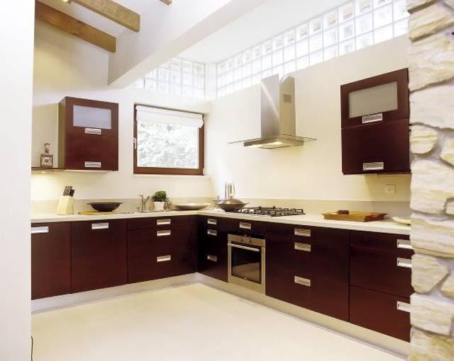 Funkcjonalna kuchnia z połączeniem jasnych i ciemnych elementów wyposażenia