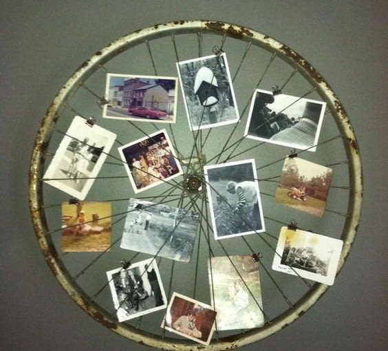 Propozycja dla wielbicieli dwóch kółek. Stare koło od roweru można wykorzystać jako stylową ramkę do zdjęć.