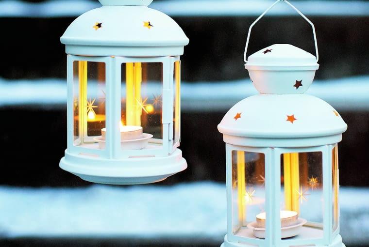 Metalowo-szklane latarenki z tealightami lub świeczkami to sposób na wigilijną dekorację tarasu