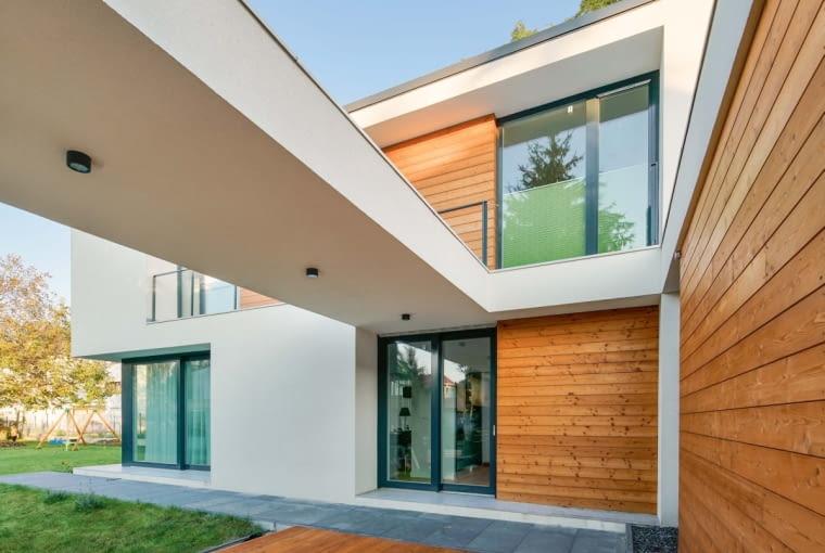 Założeniem architektów było wypełnienie drewnem wszystkich 'wgłębionych' fragmentów budynku. To tak, jakby stworzyć białą bryłę domu, następnie 'wcisnąć' kilka ścian do środka, po czym wszystko, co wciśnięte, wypełnić drewnem lub oknami. Pomysł zrealizowano konsekwentnie i z sukcesem