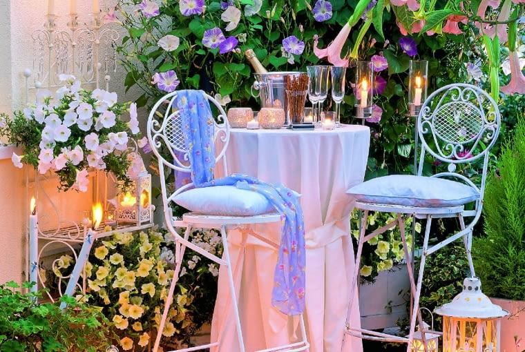 Romantyczna kolacja dla dwojga w blasku solarnych lampionów i migoczących płomyków świec.
