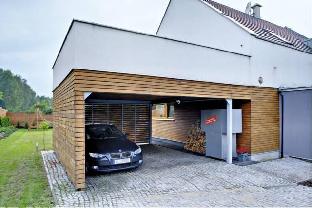 Pod drewnianą wiatą garażowoą ulokowano pompę ciepła